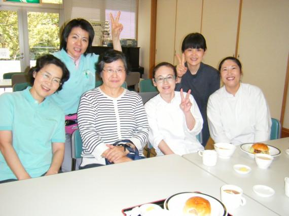初のお客様は、宮武加代子さん(前列左から2番目)!