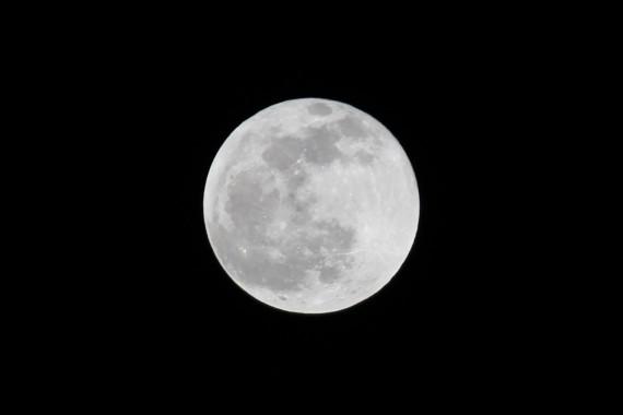 月が見えなくなるのではなく光の屈折により色が変わります。条件によって決まるそうです。何色かな?