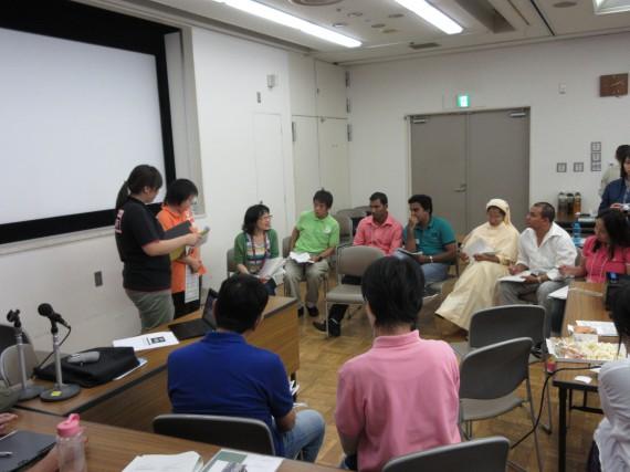 研修生の前で発表するメンバー