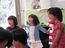 「アオギリの歌」を歌う園児さんたち