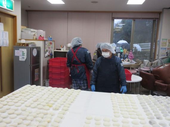 出来上がったお餅たち(―_―)!! すごい数!!